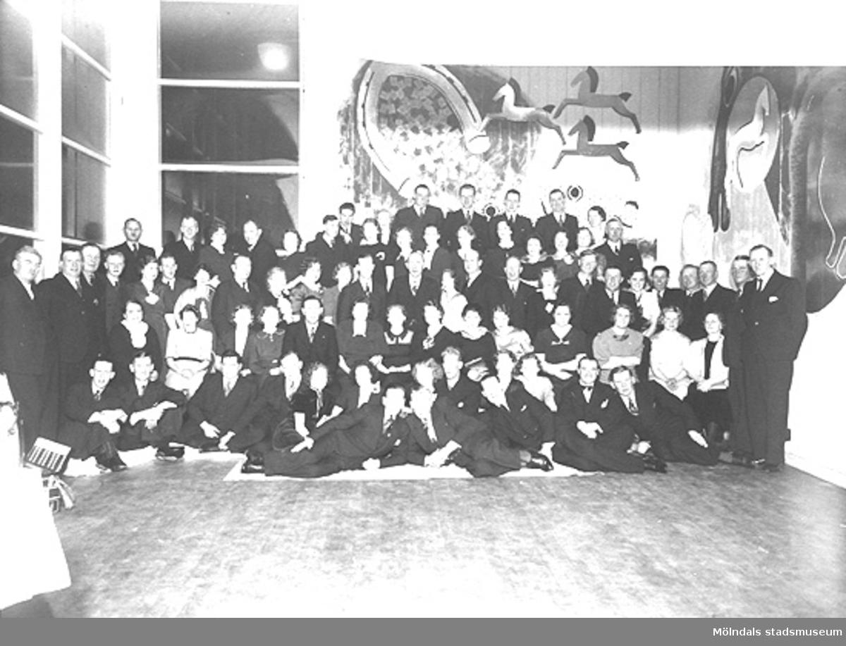 Arbetsledarföreningen i Annestorp och Mölnlycke fabriker har fest, 1930- till 40-tal.Karin Hasselberg (1903 - 1996) står som fjärde person från höger, andra raden uppifrån.Hon arbetade på Stretereds skolhem 1924 - 1965.