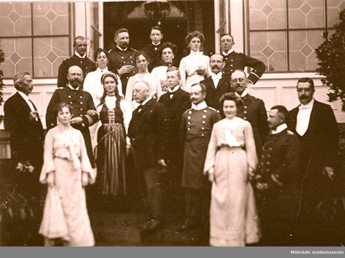 """""""Middag för tyska sjöofficerare"""". Den äldre mannen längst fram i mitten torde vara F.W. Denninghoff. Längst till höger står hans svärson friherre Carl Sparre. År 1902."""