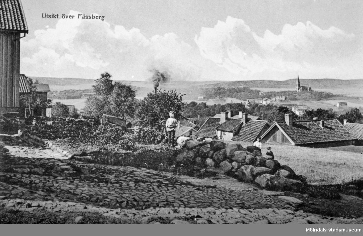 """Vykort """"Utsikt över Fässberg"""" sett från Kvarnbyn. Man ser en del av området mellan Görgelycksgatan och Åldermansgatan. Husen till höger är Roten K 13 och 9. Den lille pojken mitt i bilden är Einar Wall (Roten K 27)."""