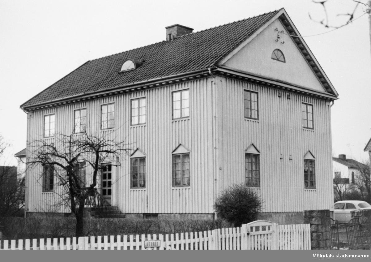 I detta hus bodde handlaren O.A. Bengtsson och manufakturisten Sigurd Nilsson. Adressen var Villagatan 14 eller Barnhemsgatan 25. (Personuppgifter från Erne Moberg.)