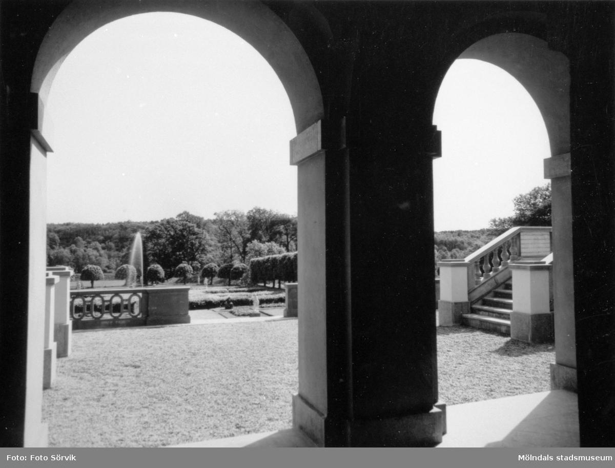 Två utav de tre sfäriska kupolvalven under altanen, mot Gunnebo slotts södra sida, 1956.