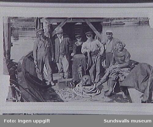 Dykare Nyberg på dykarbåten vid byggandet av Östrands sulfatfabrik, 1930.