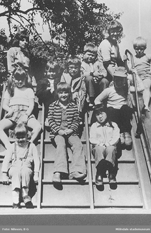 En grupp barn och två fröknar på klätterställning. Holtermanska daghemmet juni 1973.