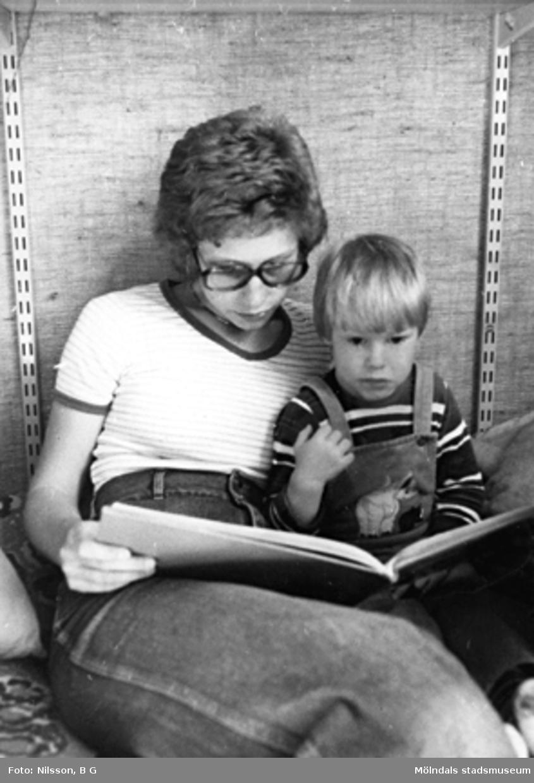 En fröken läser för ett barn. Holtermanska daghemmet, okänt årtal.