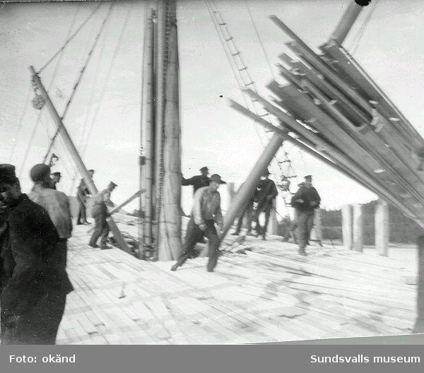 Lastning, däckslast, av trävaror för sjötransport  Obs! sidostöttorna