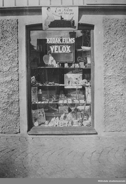 Skyltfönster med reklam för Kodaks film, Metatabletter osv. E. & K. Karlssons järnhandel, Kungsbackavägen 6, 1920-tal.