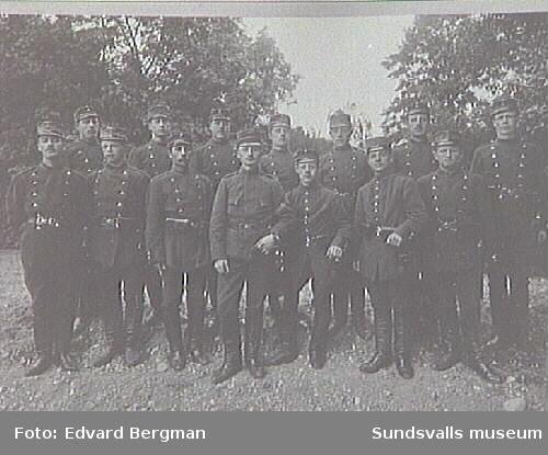 Alnö hembygdsföreningd fotosamling, AL-68.14 beväringar i uniform modell Ä.Foto: Edvard Bergman, Mäster Samuelsgatan 61i Stockholm.