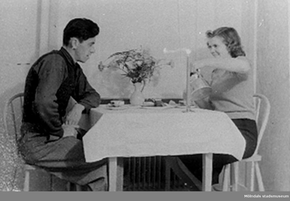 """Bilden är tagen under en kaffepaus hemma. Under fotot står """"KAFFE ÄR GOTT"""".Karl och Lilly Nygren."""