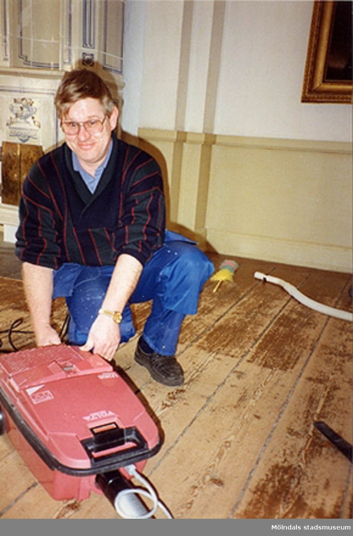 Alf Garthman vid dammsugaren i östra sängkammaren på övre våningen (rum nr 55), cirka 1993.