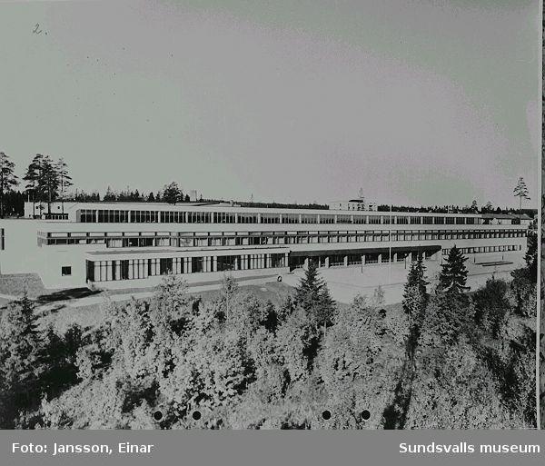 Katrinelundsskolan. Byggnaderna var inflyttningsklara 1965. 1961 hade  verksamheten vid försöksgymnasiet i Skön påbörjats i provisoriska lokaler i Skönsberg.