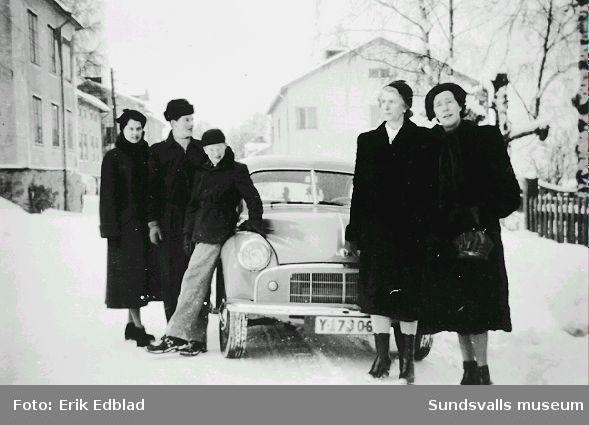 Gerd och Sven Berg, Bernt Edblad (f. 1938), okänd och Annie Wiklund vid bil utanför Södermalmsgatan 8, familjen Erik och Siri Edblads bostad 1939 - 1960. Annie Wiklund var Gerds mamma och kusin till Siri Edblad. Fastigheten ägdes av Helfrid Renström, som bodde i husets undervåning.