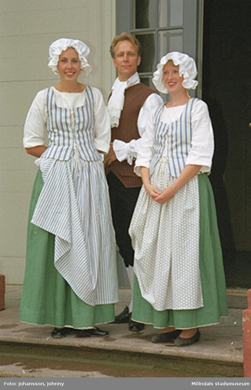 Gunnebos personal i tidstypiska kläder (tjänstefolkskläder från 1700-talets slut) den 27 augusti 1997. Från vänster Lotta, Staffan Fischer och Eva.