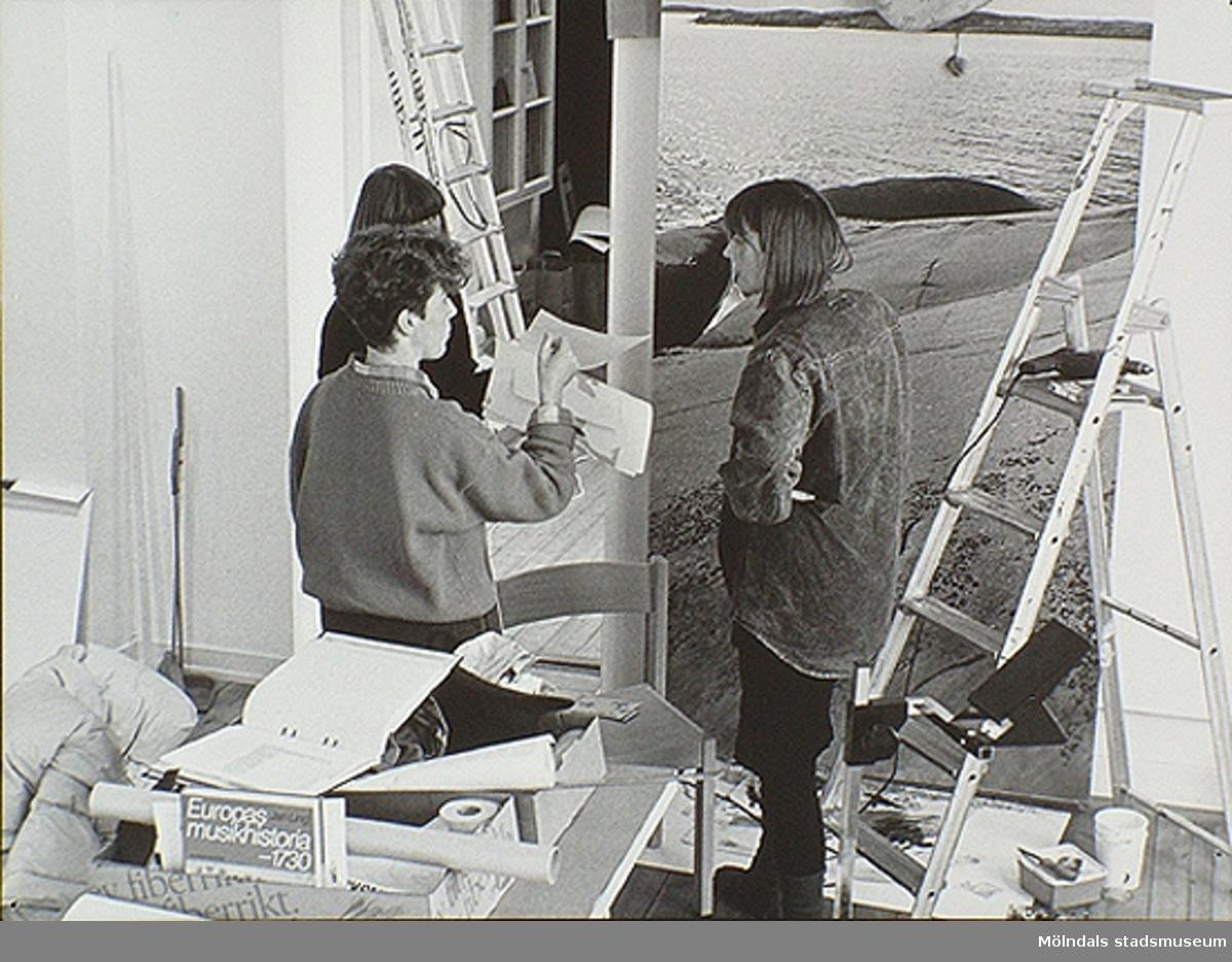 """Under uppbyggnad av utställningen """"Från näckens polska till rockens roll"""" på Mölndals museum. Från vänster: museichef Mari-Louise Olsson, Ulla Hasselqvist och designer Monika Wretling."""