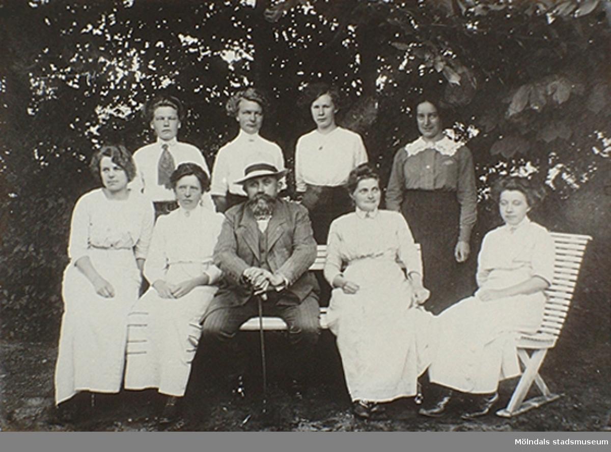 Föreståndaren Håkan Jönsson med personal från Stretereds skolhem, 1920 till 1930-tal.