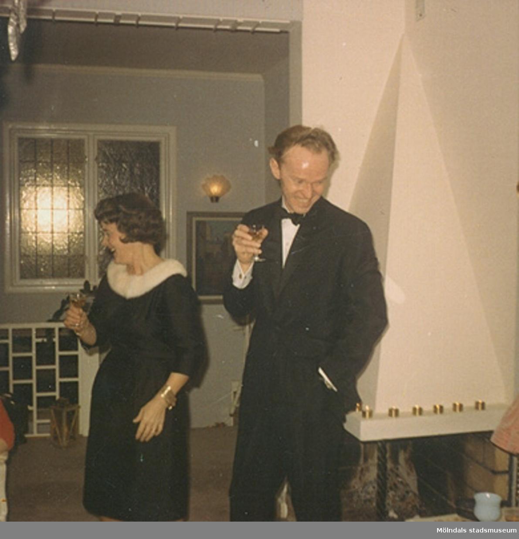 """Margit, iklädd """"Den lilla svarta"""" i sidentyg, och maken Lars Wannerberg, november 1966. Klänningen finns i Mölndals stadsmuseums samlingar med invnr. 03349."""