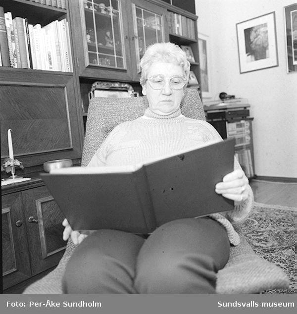 """Inge-Britt Andersson (f. 1930) i hemmet på Neptunigatan 9 B, Sundsvall, dit familjen flyttade 1973. 01: Inge-Britt vid den fåtölj från firman """"Heminrednings AB Sven Staaf"""", Sundsvall, som tillhörde det möblemang familjen Andersson satte bo med 1954.02: Inge-Britt i fåtöljen i vardagsrummet.03: Inge-Britt i fåtöljen i vardagsrummet.04: Inge-Britt i köket med den ursprungliga skåpinredningen.05: - """" -06: - """" -07: - """" -08: Inge-Britt på gården utanför fastigheten Neptunigatan 9 A och B."""