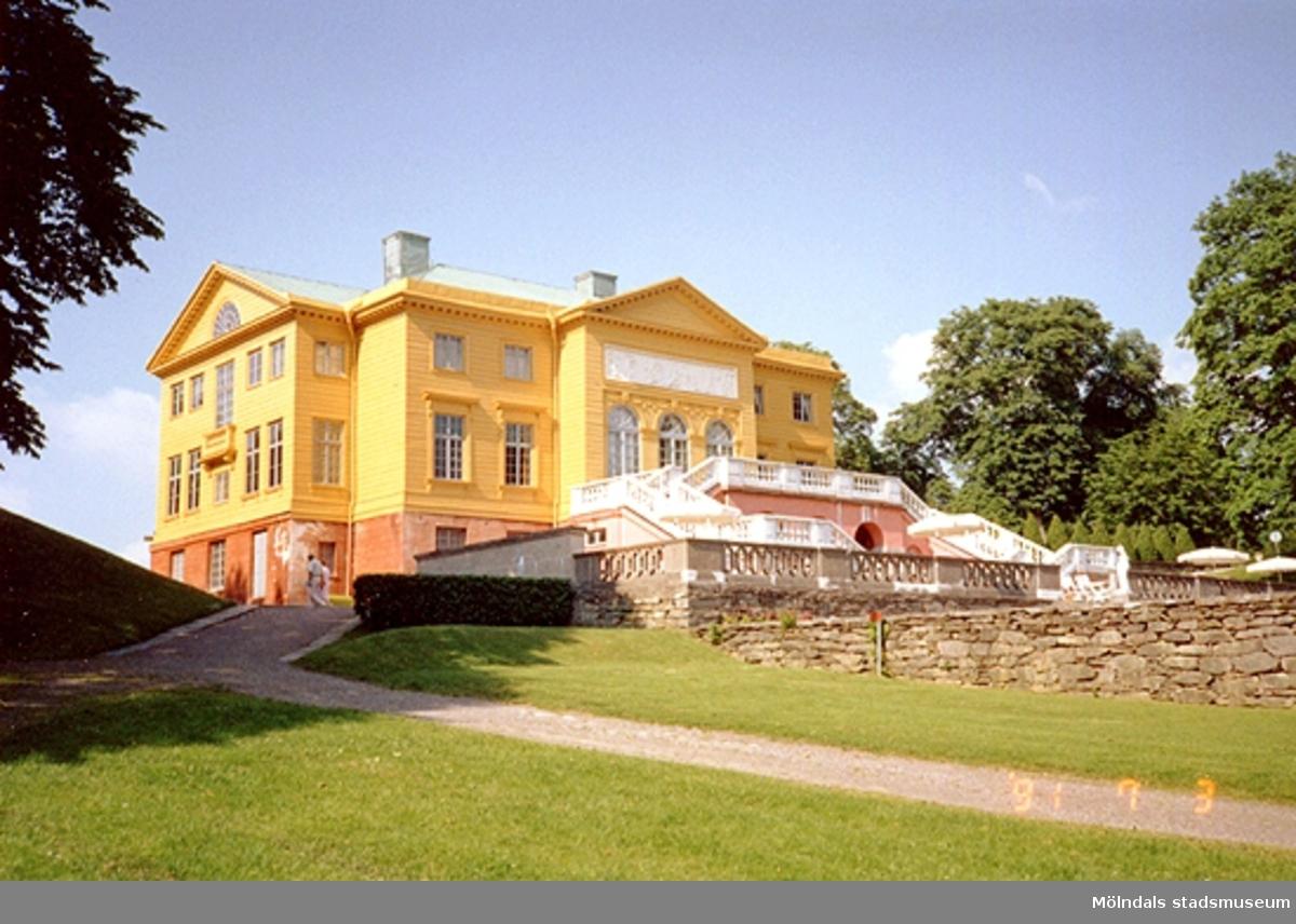 Trädgården utanför Gunnebo slott, juli 1991.