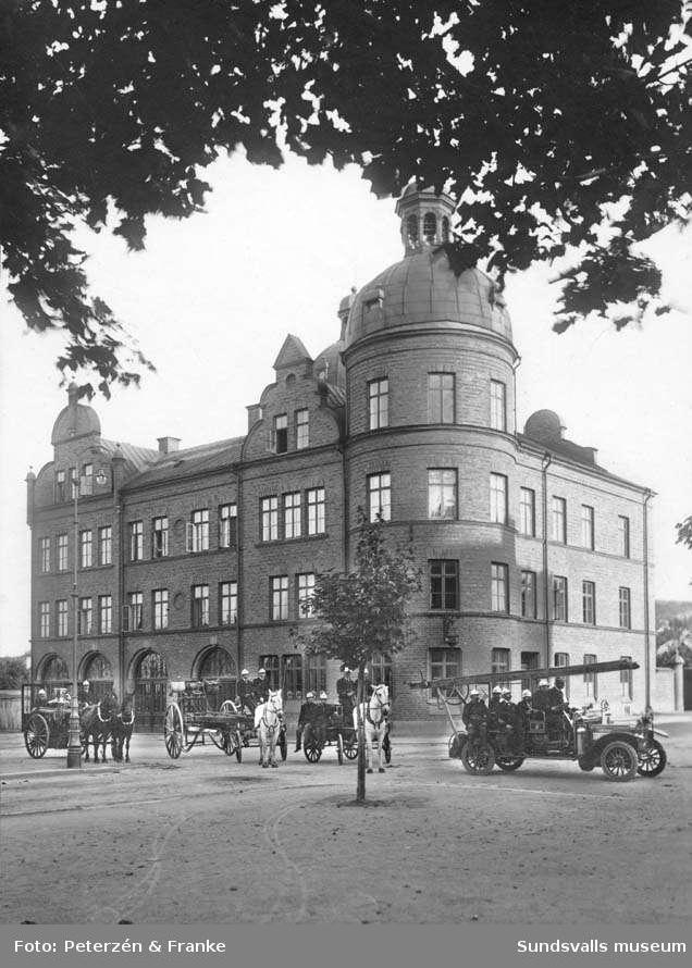 Brandmanskap och utrustning uppställd framför brandstationen. Privata bilder med brandchefen för Sundsvalls brandkår Gustaf Hellgren och hans familj.