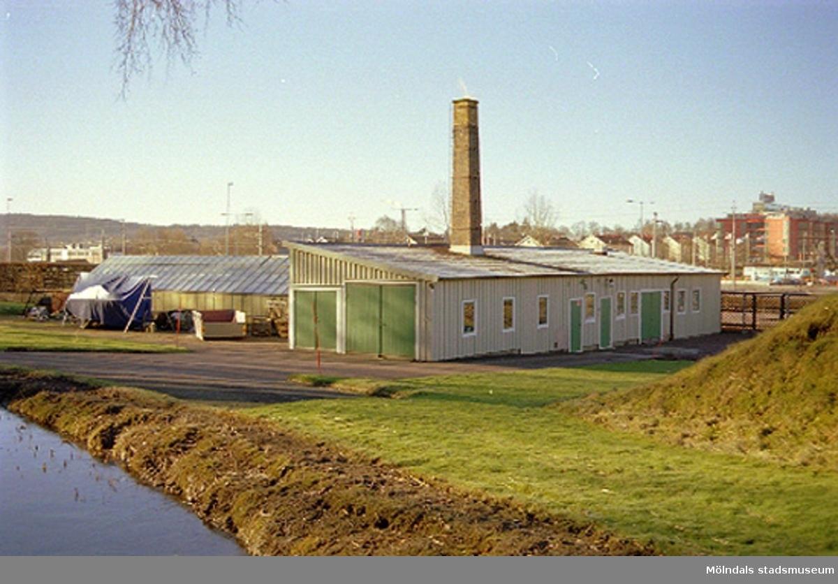 Växthus tillhörande Villa Papyrus. I bakgrunden ser man bostadshus utefter Göteborgsvägen.