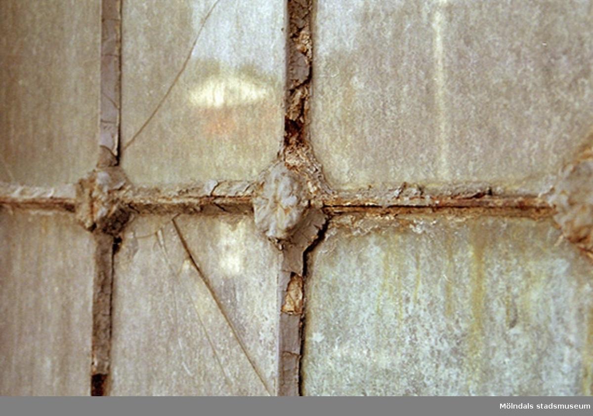 Vy från norr på Byggnad 14s järnfönster, oktober 1998.