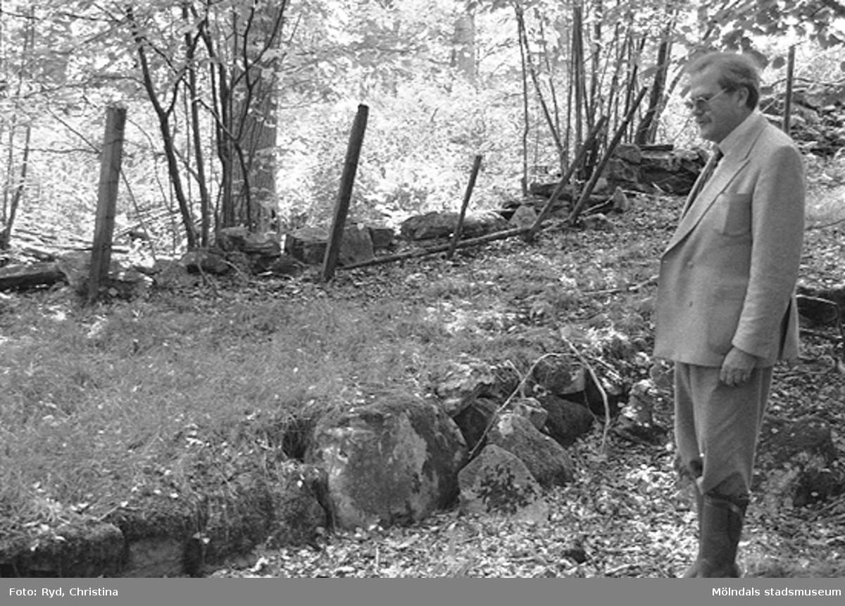 Tomas Söderberg står på en grusväg som leder upp mot Sporred, december 1992.