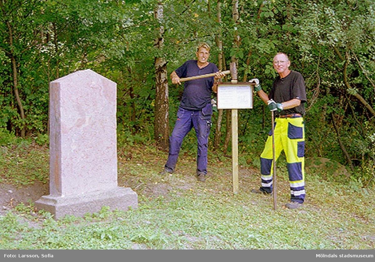 Uppsättning av skylt vid Hejderidarens gravsten. Den flyttadades ca 100 meter från ursprungsplatsen och står nu öster om järnvägen på Rallarbergets västsluttning.Fornlämning: RAÄ nr 53 Fässbergs socken, Mölndals kommun. Relaterade motiv: 2002_0510 - 0546.