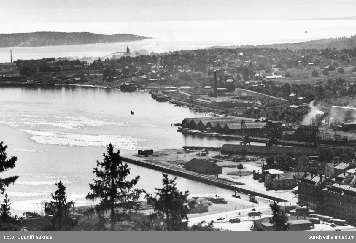 Vy över hamnen. Bilden tagen från Norra Berget.