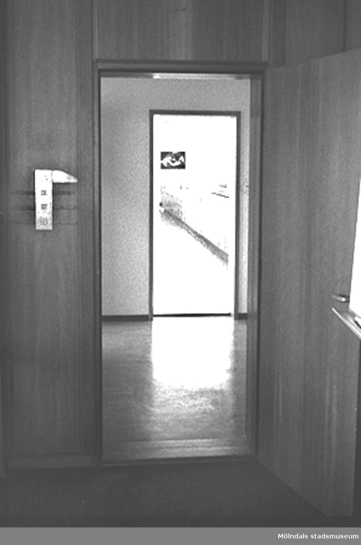 Byggnadsdetalj: Dörr. Mölndals stadshus, mars 1988.