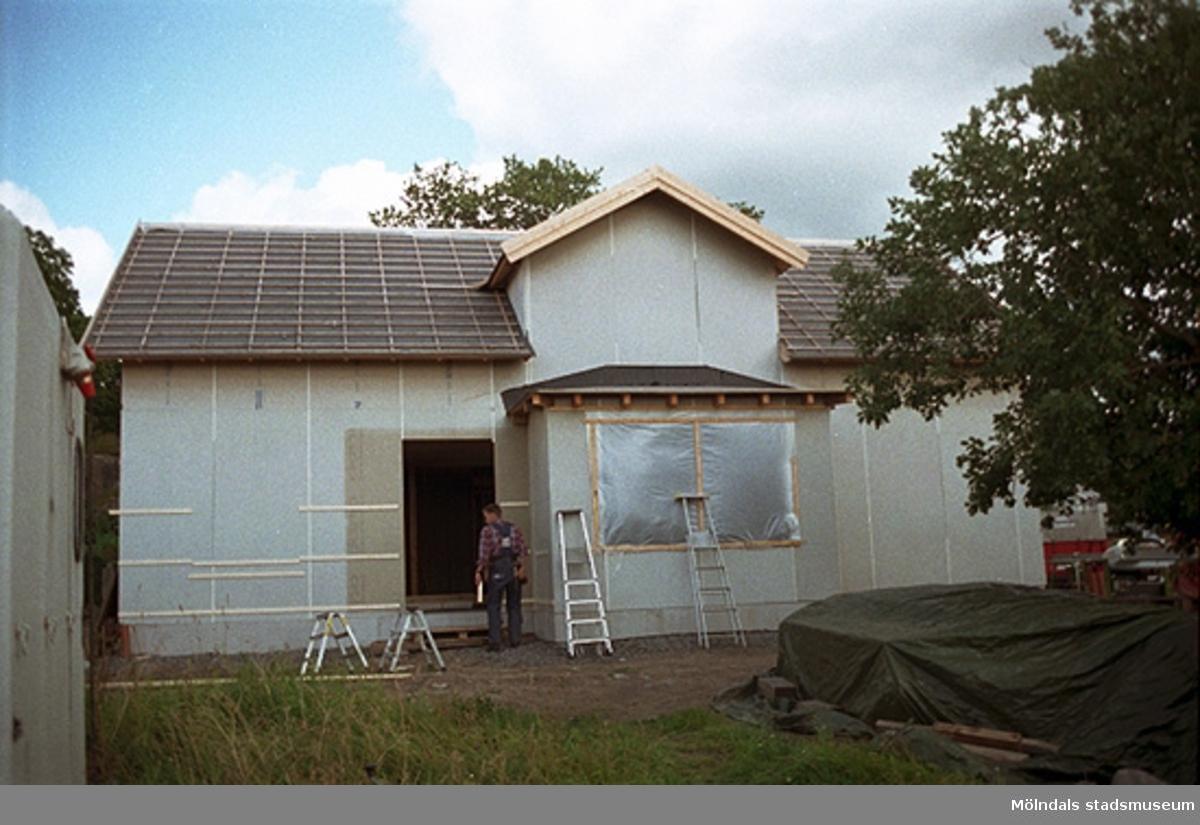 Franckegatan 16, Sörliden 6, Kvarnbyn.En villa som renoveras. Byggnadsdetaljer: ex. taktegel, takrännor, dörrar och fönster. Från väster. Augusti 1998.