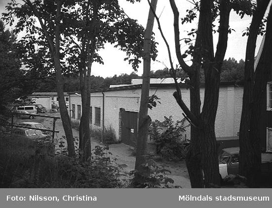 Spinneriet med Röda huset vid sidan. Grevedämmet, Kvarnfallet 31, Mölndal hösten 1994.