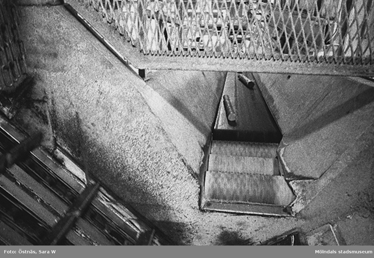 Råvara under inmatning.Bilden ingår i serie från produktion och interiör på pappersindustrin Papyrus.
