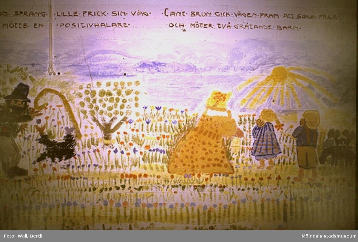 """Teckningar utförda av barn, 4-6 år, på Toltorpsdalens lekskolor, för utsmyckning av Lackarebäckshemmet. Motiven är hämtade ur olika välkända sagor som Arosenius """"Kattresan"""", Elsa Beskows sagor om """"Tant Brun, Tant Grön och Tant Gredelin"""" och """"Tomtebobarnen""""."""