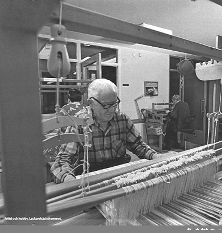 En man som väver i arbetsterapin på Lackarebäckshemmet, okänt årtal.