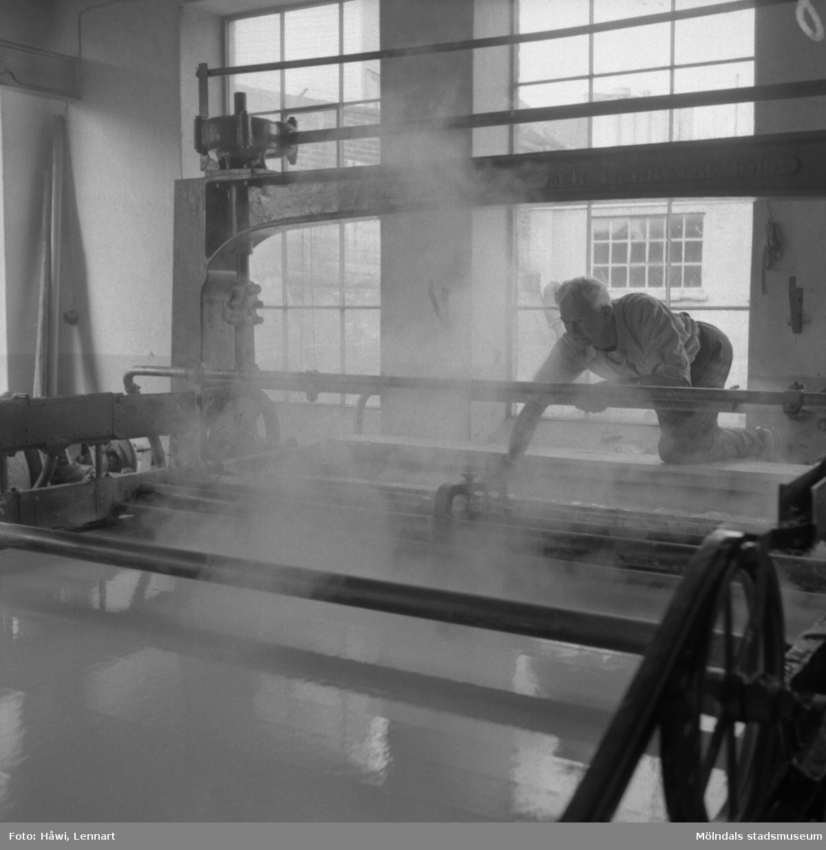 Man i arbete vid PM 4, virapartiet, på Papyrus i Mölndal, 6/5 1955.