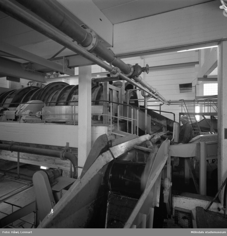 Man i arbete vid nya renseriet på Papyrus i Mölndal, 10/8 1961.