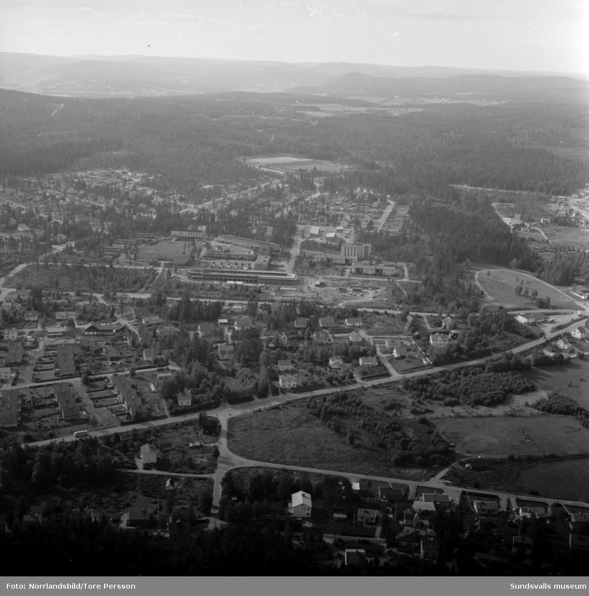 Flygfoto över Haga med Hagaskolan och pågående bygge av Katrinelunds gymnasium.