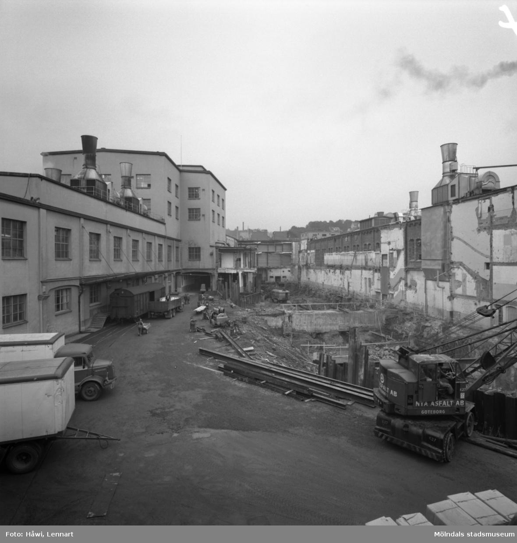 Schaktning vid byggnad nr 9 på Papyrus i Mölndal, 23/9 1964.