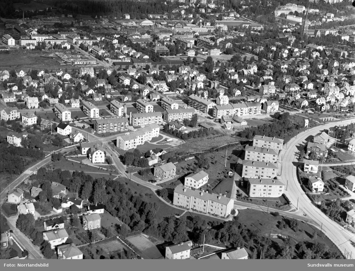Flygfoton över korsningen Oscarsgatan-Sidsjövägen fotograferat norrut.