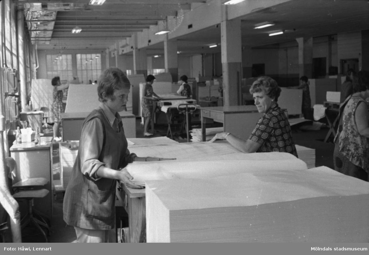 Kvinnor i arbete med att sortera papper på Papyrus i Mölndal, hösten 1970. Sortersalen.