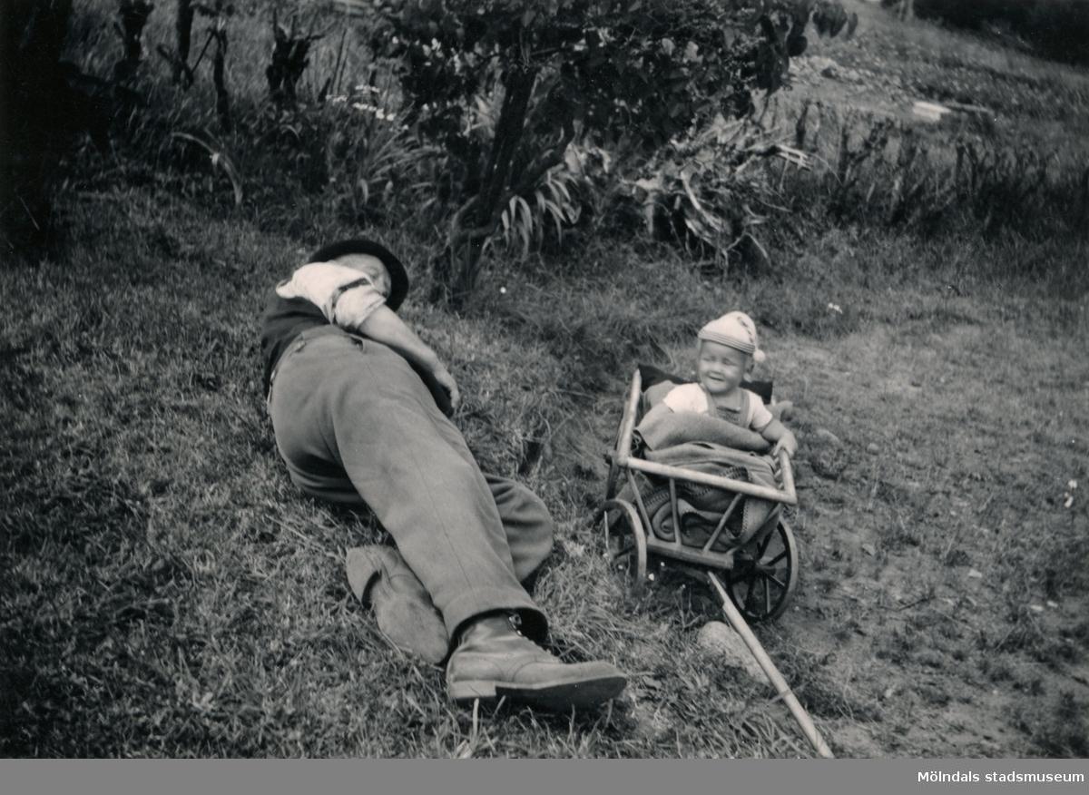 Casper Winsnes och Ulf Winsnes (farfar och sonson) i gröngräset, år 1949.