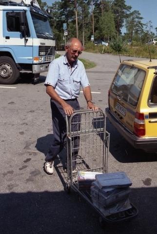 Lantbrevbärare Reinhold Andersson kör ut post under sin brevbäringstur