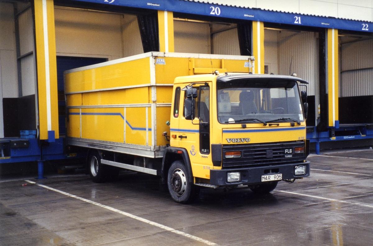 81.708 Volvo FL611 -87 H/S skåp Skåpet på denna vagn och systern 81.706 är från SKAB. Känns igen bl a på sina tyngre överluckor bak.