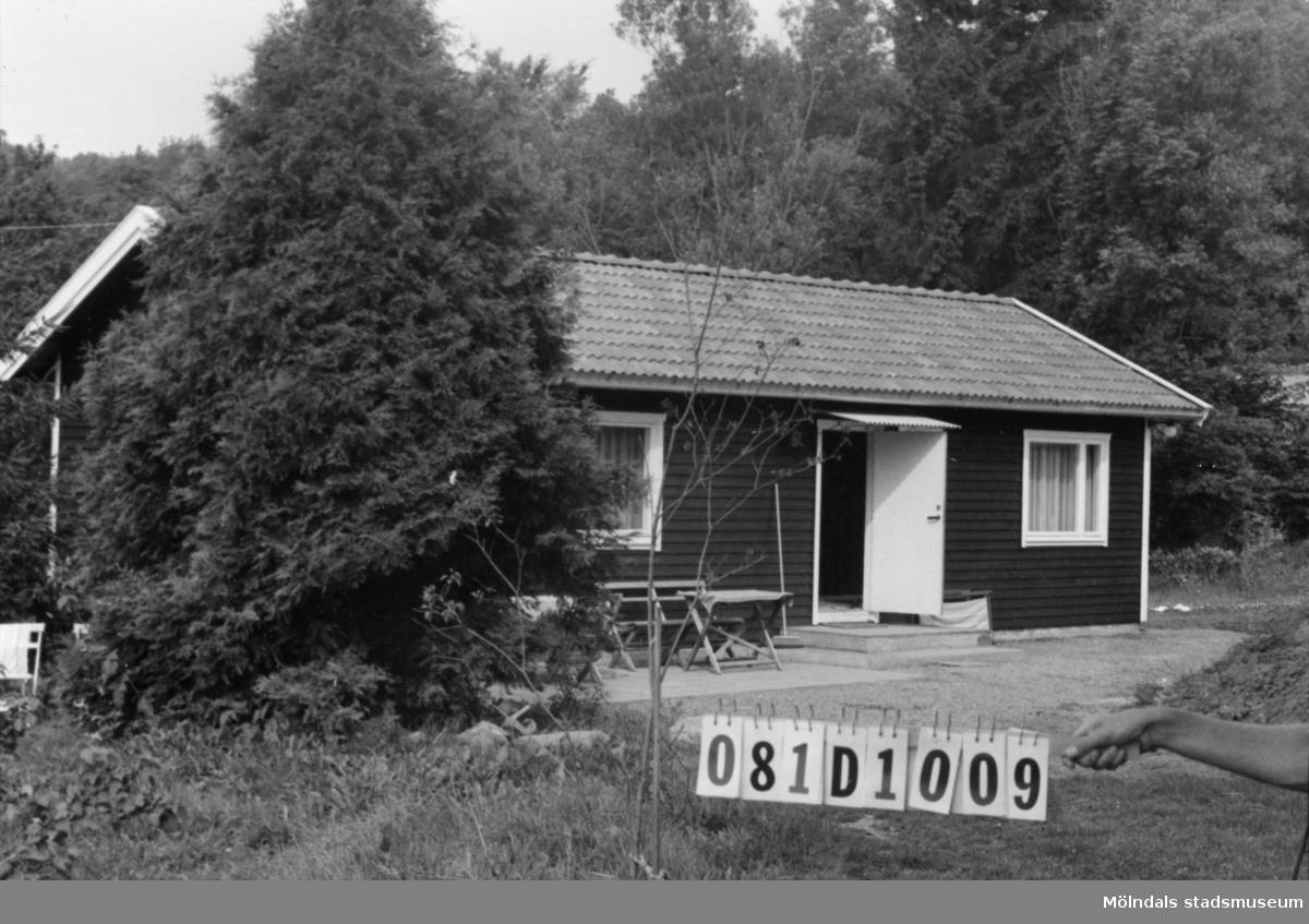 Byggnadsinventering i Lindome 1968. Greggered 3:11. Hus nr: 081D1009. Benämning: fritidshus och redskapsbod. Kvalitet, fritidshus: mycket god. Kvalitet, redskapsbod: dålig. Material: trä. Övrigt: helt omotiverat läge för ett fritidshus. Tillfartsväg: framkomlig. Renhållning: soptömning.