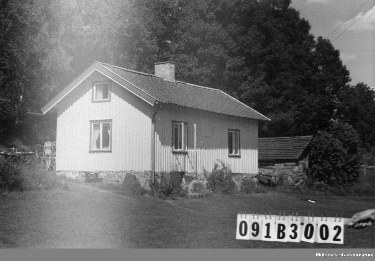 Byggnadsinventering i Lindome 1968. Greggered 3:79. Hus nr: 091B3002. Benämning: fritidshus och redskapsbod. Kvalitet: god. Material, fritidshus: trä. Material, redskapsbod: sten, trä. Tillfartsväg: framkomlig. Renhållning: soptömning.