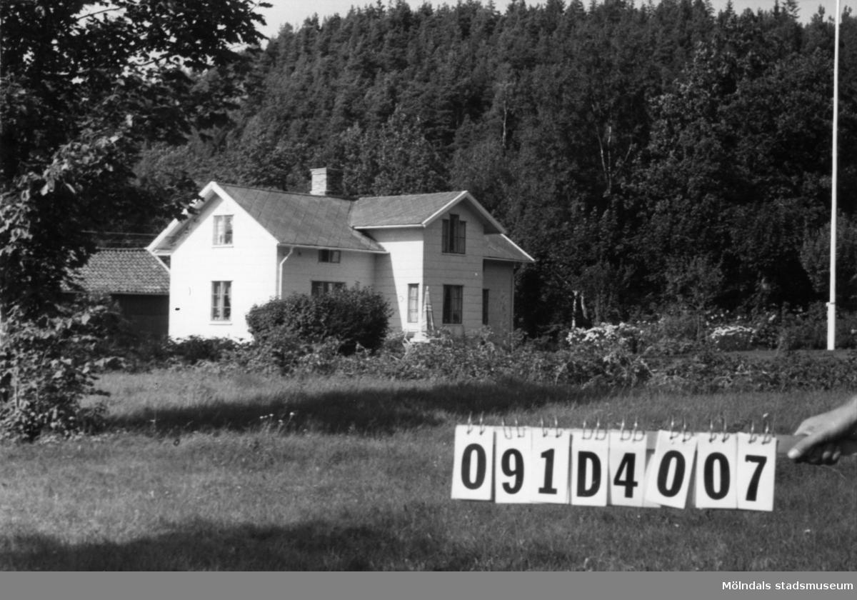 Byggnadsinventering i Lindome 1968. Ålgårdsbacka 1:4. Hus nr: 091D4007. Benämning: permanent bostad och ladugård. Kvalitet: god. Material, bostadshus: eternit. Material, ladugård: trä. Tillfartsväg: framkomlig.