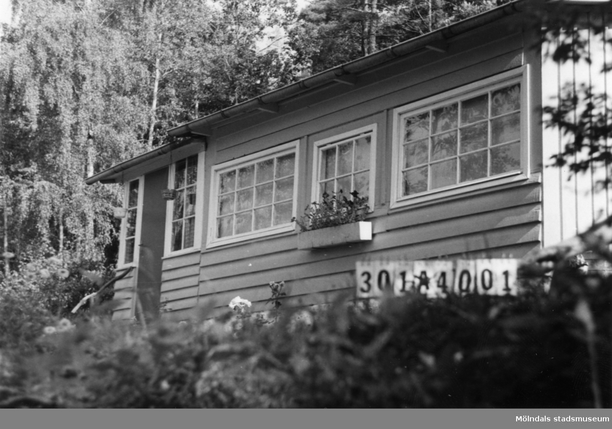 Byggnadsinventering i Lindome 1968. Skåregärde 1:21. Hus nr: 301A4001. Benämning: fritidshus och redskapsbod. Kvalitet: god. Material: trä. Tillfartsväg: ej framkomlig.