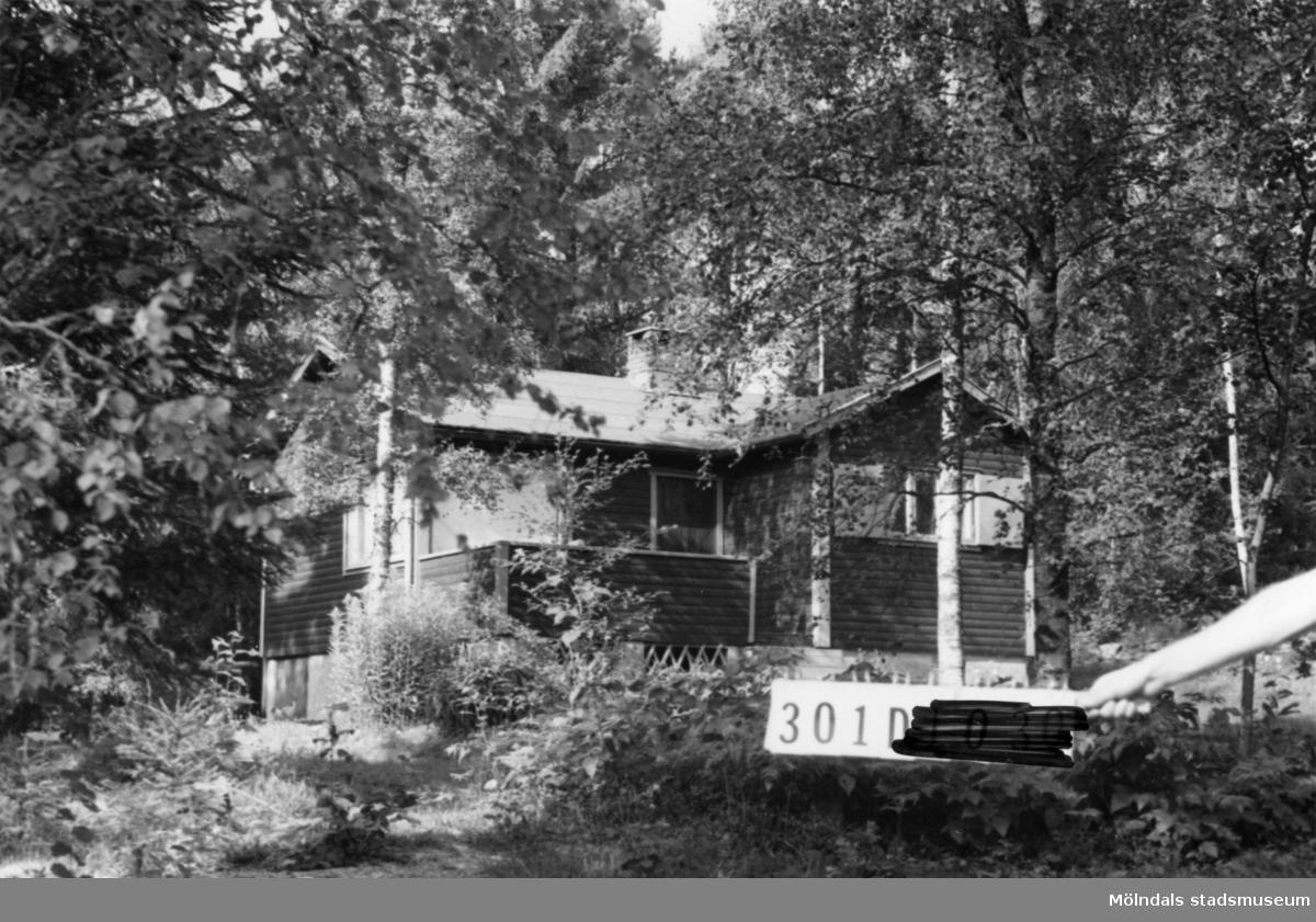 Byggnadsinventering i Lindome 1968. Inseros 1:67. Hus nr: 301D4014. Benämning: fritidshus och redskapsbod. Kvalitet: god. Material: trä. Tillfartsväg: framkomlig. Renhållning: soptömning.