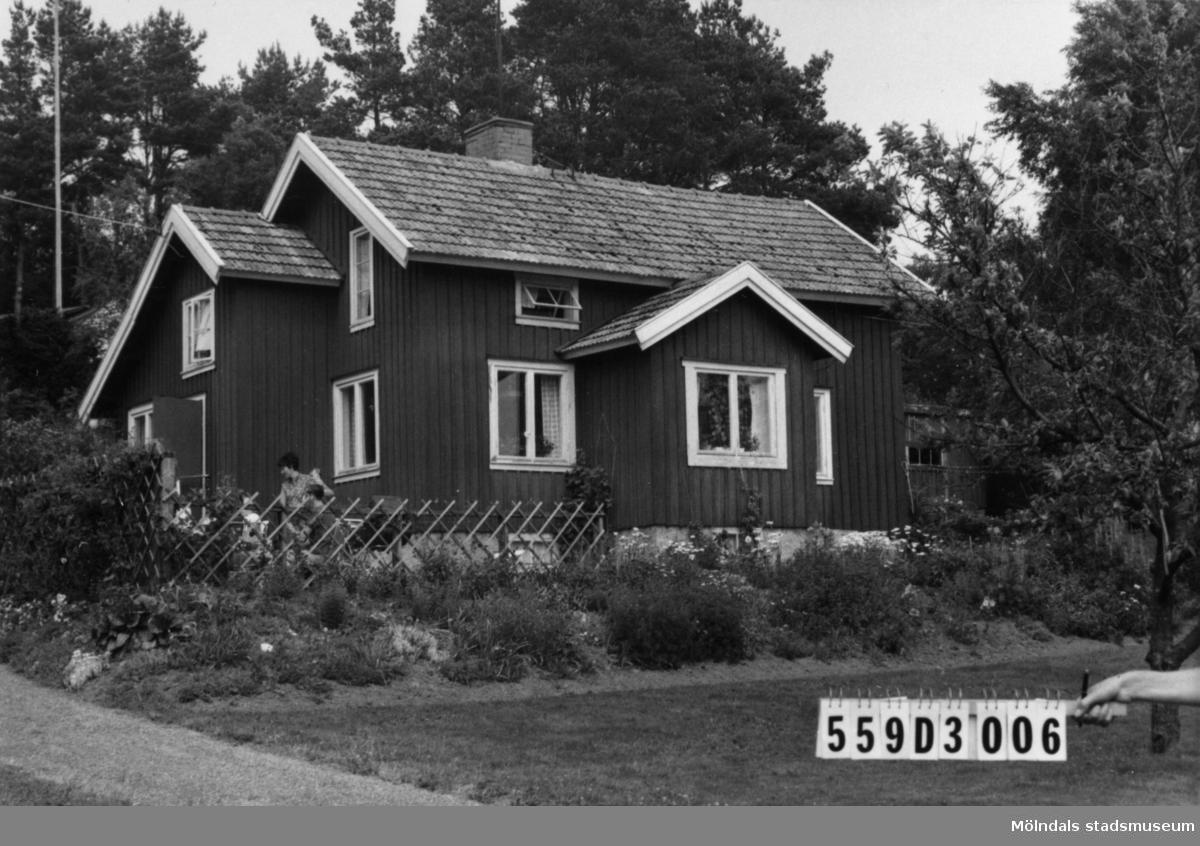 Byggnadsinventering i Lindome 1968. Ranntorp 2:4. Hus nr: 559D3006. Benämning: permanent bostad och garage. Kvalitet, bostadshus: god. Kvalitet, garage: mindre god. Material, bostadshus: trä. Material, garage: sten. Tillfartsväg: framkomlig. Renhållning: soptömning.