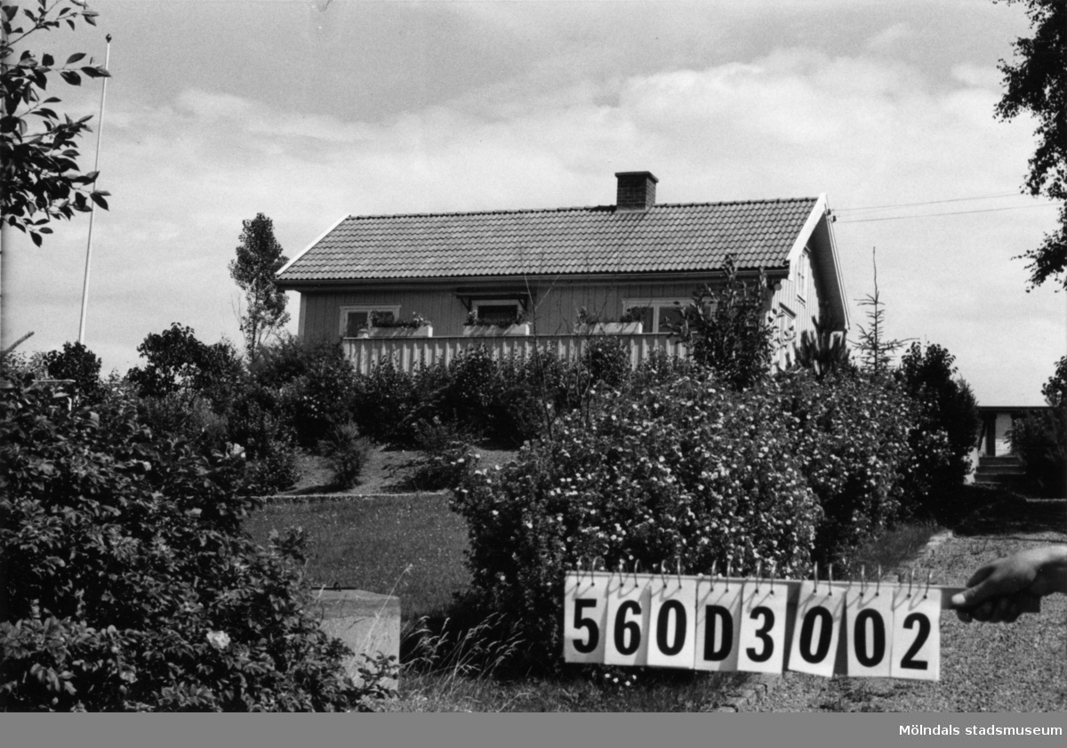 Byggnadsinventering i Lindome 1968. Gastorp 1:65. Hus nr: 560D3002. Benämning: permanent bostad och redskapsbod. Kvalitet: god. Material: trä. Tillfartsväg: framkomlig. Renhållning: soptömning.