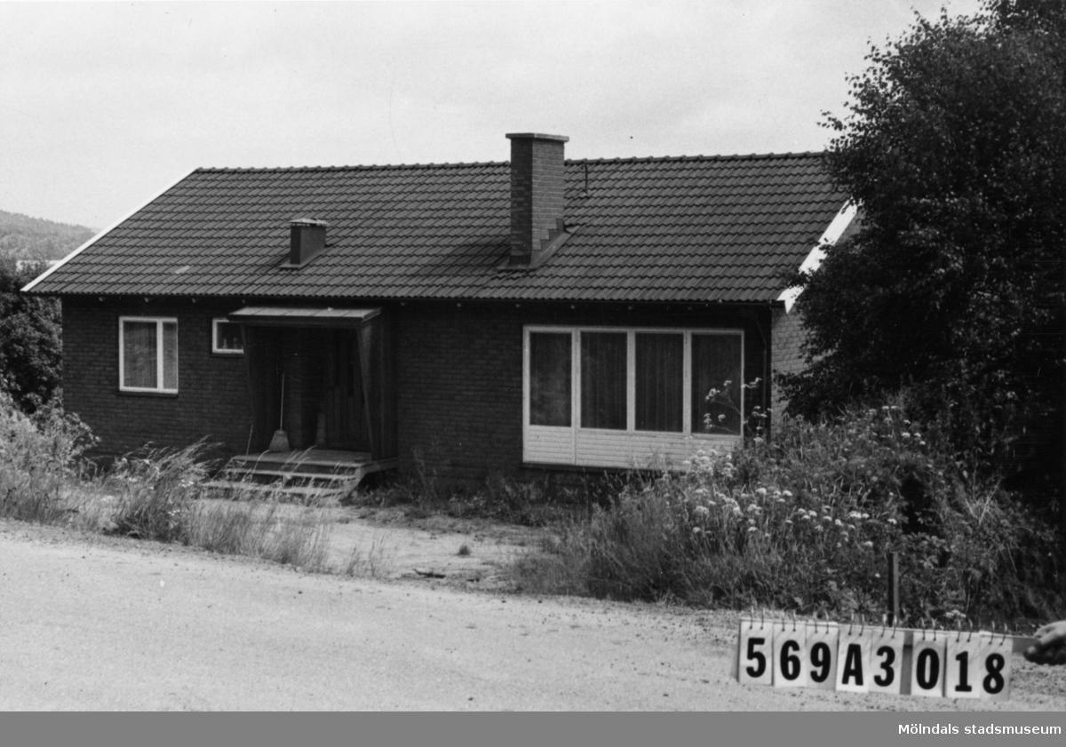Byggnadsinventering i Lindome 1968. Skäggered 3:32. Hus nr: 569A3018. Benämning: permanent bostad. Kvalitet: mycket god. Material: rött tegel. Tillfartsväg: framkomlig. Renhållning: soptömning.